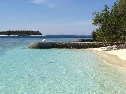 Une vue de digue à digue avec une plage entre les 2.