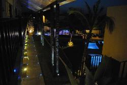 Vista al Bar y a la piscina y jardín