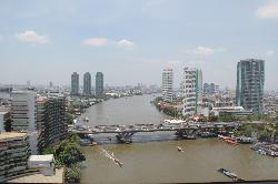 Sicht von Shangri-La Wing auf Krungthep Wing (an Autobahn)