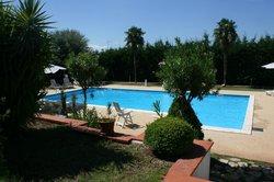 Zwembad met terras en tuin
