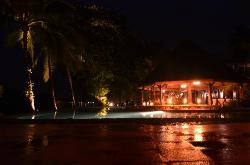 La piscine, vue depuis le bar de nuit
