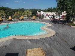piscina e parziale veduta della struttura