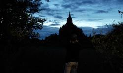近くのバガン遺跡の仏塔が夕日に影、印象的です。