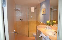 1ère salle de bain avec douche