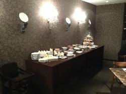 1 of breakfast buffet tables