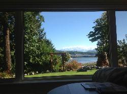 居間の窓から見た入江