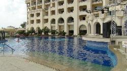 Вид отеля со стороны большого бассейна