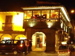 Vista do restaurante da praça à noite