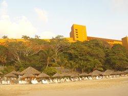 vista del hotel desde playa.