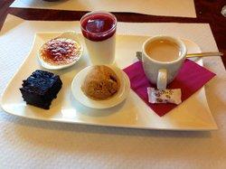 Café gourmand ( crème brulé, brownie, panna cotta, glace caramel et café )