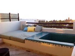 piscinetta e prendisole sul terrazzo della propria suite.