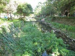 Taman di pinggir sungai