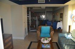 Vardagsrum och kök med trappa upp till andra våningen där två sovrum och en toalett finns och en
