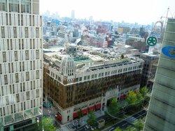 部屋からの眺め。写真は大丸デパート。メンソレータム近江兄弟社創業者であり建築家でもあったヴォーリーの作品