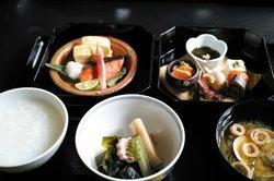 ご飯またはおかゆが選べます。北陸の旬の食材がお品よくふんだんに。