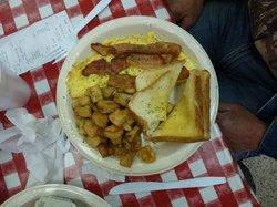 Bacon, omelletes, toasts, beurre, pommes de terre sautées