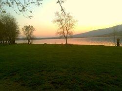 tramonto sul lago,di Pusiano a 300 m dall'hotel