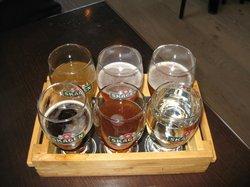Sampler med 5 slags øl og et glas vand :0)