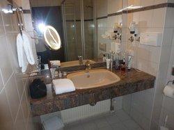 Zimmer 128 . geräumiges Badezimmer