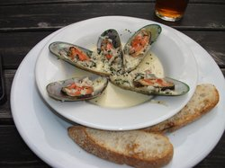 Mussels with garlic onion cream sauce