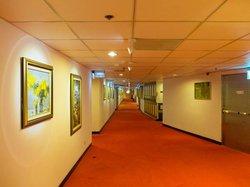 廊下です。どこまでも絵が続きます。