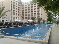 Фонтанчики радом с бассейном - здесь купаться нельзя