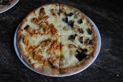 Pizza con melanzane (metà alla parmigiana e metà fritte in bianco)