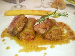 elle d'Agneau du Limousin cuisiné au Romarin roulé d'aubergines et épaule confite, frites de pan