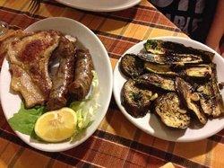 salsicce, costoletta e verdure grigliate