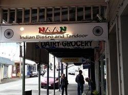 Naan Indian Bistro ad Tandoor