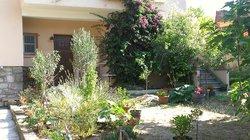Terrasse côté jardin,et entrée