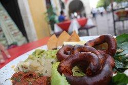 ¡Longaniza asada! Traída desde Valladolid, este tradicional embutido de raices mestizas viene a