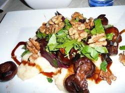 Overheerlijk vegetarisch gerecht (selderijmousse, met geroosterde bietjes, champignons, walnoten