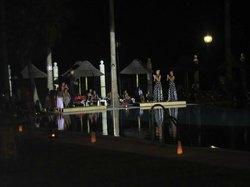 Actuación flamenca en la zona de piscinas
