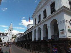 El Palacio de Gobierno, la calle García Moreno y parte de la Catedral Metropolitana.