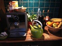エスプレッソマシンとハーブティ、アメリカンコーヒー