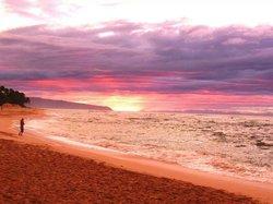 現地の12月1日、 サーフィンの世界大会の日の サンセット・ビーチ! 雨上がりに虹が出て、 その後に奇跡的なサンセットが見られました! 最高のハワイの思い出になりました。