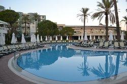 zwembaden en strand van het Limak Atlantis Hotel