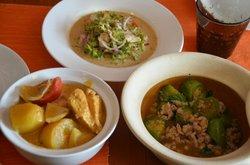 Thailändischer Bohnensalat, gelbes Curry und Auberginen mit Basilikum