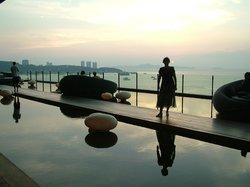 Бар и лежаки для отдыха с панорамным видом