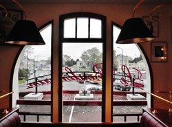 Dal tavolo, la vista spazia sul mercato al coperto