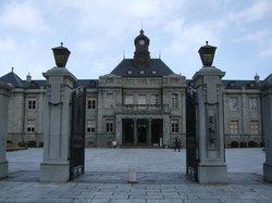 荘厳な建物の装飾も豊か