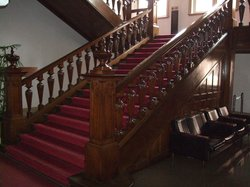 赤絨毯と装飾豊かな階段は重厚さが感じられます