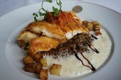 ilet vom Petersfisch auf süß-saurem Linsengemüse mit weißer Balsamicosauce und Würfelkartoffeln