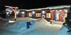 Façade de l'Auberge de nuit en hiver (89611583)