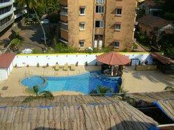 Вид с балкона на бассейн. Справо от бассейна подают завтрак