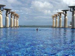 бассейн на берегу океана