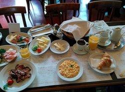 Selbst zusammengestelltes Frühstücksbuffet.