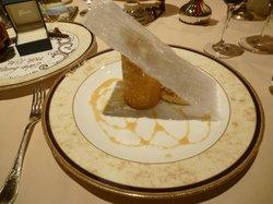 Torre de banano caramelizado, queso mascarpone y nueces macademias