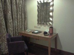 Table-Mirror Room